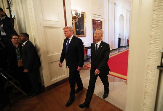 ↑ 1月15日,刘鹤与特朗普抵达华盛顿白宫东厅,准备参加中美第一阶段经贸协议签署仪式。 新华社记者 王迎 摄