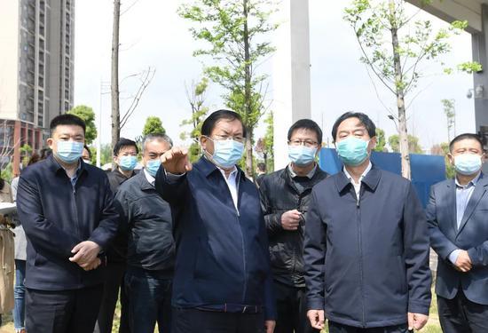王忠林、周先旺走进泵站,嘱咐有关部分要做好抽排、电力等装备平安检查。长江日报记者周超 摄