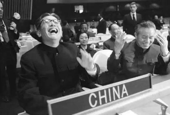这张照片大家一定不陌生。这是1971年11月15日,时任副外长乔冠华(图左)率中华人民共和国代表团出席联合国大会。