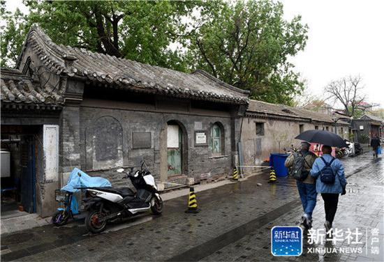↑游客从北京西城区的杨椒山祠外走过(4月13日摄)。新华社记者 罗晓光 摄
