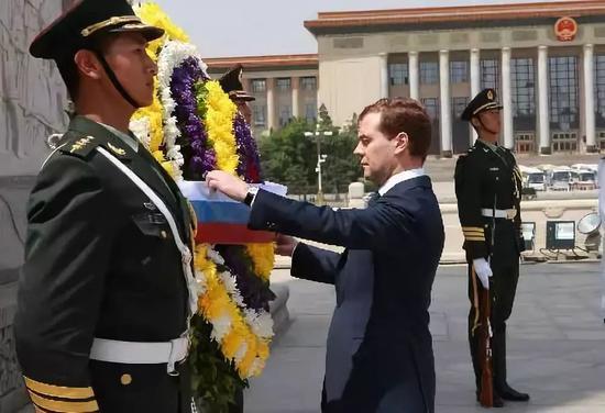 哪国政要向人民英雄纪念碑敬献花最多?答案很意