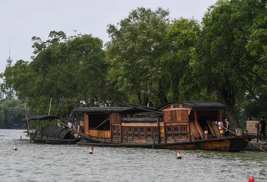 7月1日,嘉兴南湖景区内停泊的中共一大怀念船。新华社记者 徐昱 摄