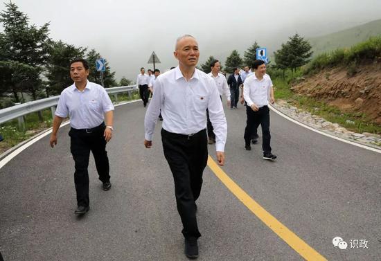 在海拔1500多米的山間公路,察看生態涵養修復情況