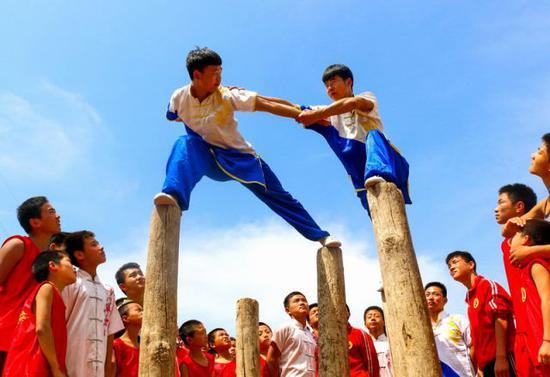2018年5月14日,河北邯郸鸡泽县合明文武学校的学生在梅花桩上练习梅花拳。新华社记者王晓摄