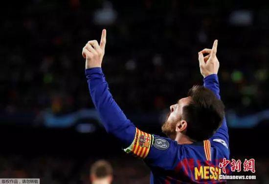 资料图:梅西在比赛中祝贺进球。