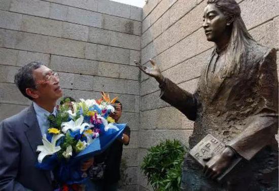 2005年9月,张纯如铜像在侵华日军南京大屠杀遇难同胞纪念馆落成。