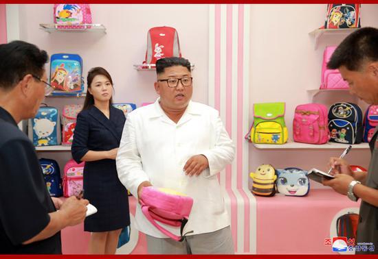 金正恩察看学生书包生女装马甲裙新款红球兽数码宝贝图片产线 夫人李雪主陪同(图)