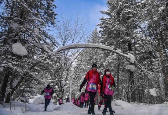 2018年2月4日,选手在吉林省和龙市老里克湖景区进行冰雪穿越徒步赛。新华社记者许畅摄