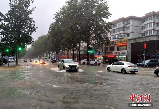 """8月20日,受今年第18号台风""""温比亚""""的影响,辽宁省大连市普降大到暴雨,导致市内多处出现严重积水,开启""""看海""""模式。 朴峰 摄"""