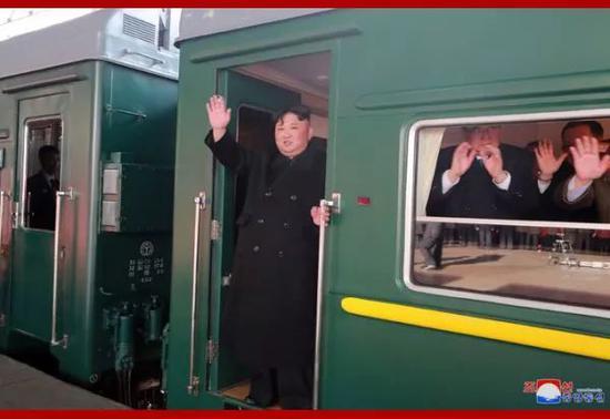 ▲金正恩站在列車上揮手致意(朝中社)