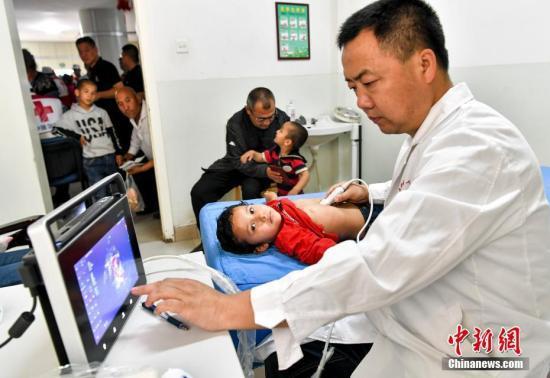 资料图:患儿正在接受检查。中新社记者 刘新 摄
