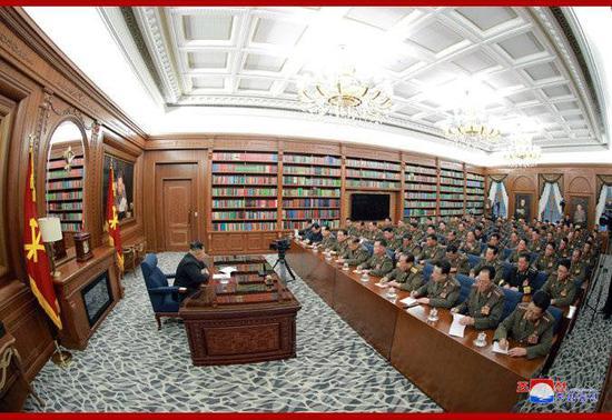 朝中社22日发布的朝鲜最高领导人金正恩主持劳动党第七届中央军委第三次扩大会议的照片。