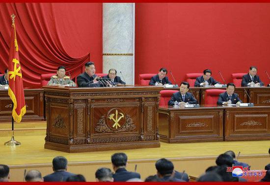 朝中社29日发布的朝鲜最高领导人金正恩在劳动党七届五中全会第一天会议上作报告的照片。