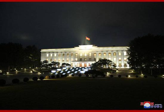 朝中社30日发布的劳动党中央委员会大楼的夜景照片。