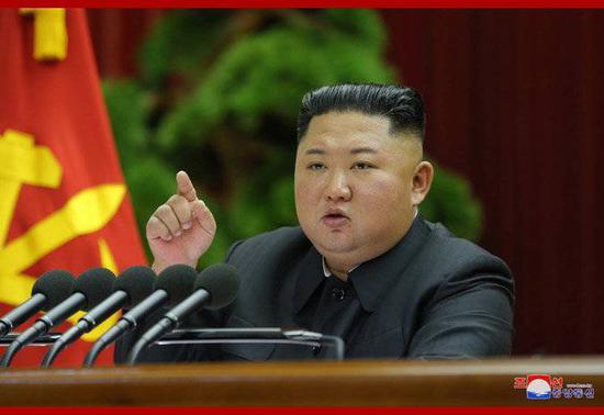 朝中社29日发布的朝鲜最高领导人金正恩28日在劳动党七届五中全会第一天会议上作报告的照片。
