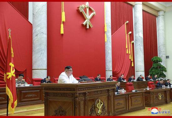 朝中社30日发布的朝鲜最高领导人金正恩30日在劳动党七届五中全会第二天会议上作报告的照片。