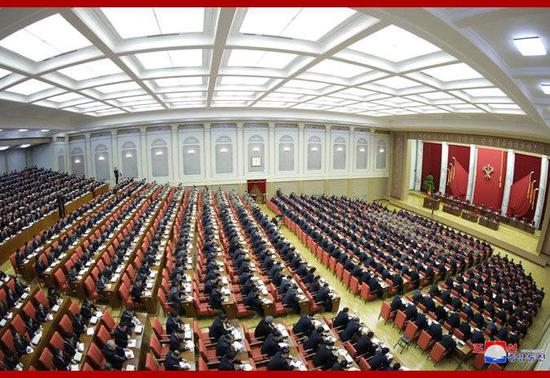 朝中社29日发布的劳动党七届五中全会第一天会议会场的照片。
