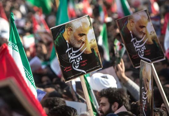1月6日,在伊朗首都德黑兰,伊朗民众为苏莱曼尼送行。新华社发(艾哈迈德·哈拉比萨斯摄)