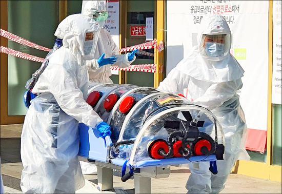 资料图:韩国医护人员转运疑似病例
