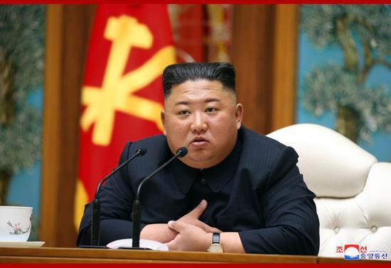 4月11日,金正恩出席朝鲜劳动党中央政治局会议。(朝中社)