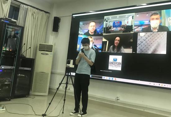 何智超在国际视频集会前现场做着预备事情。(本人供图)