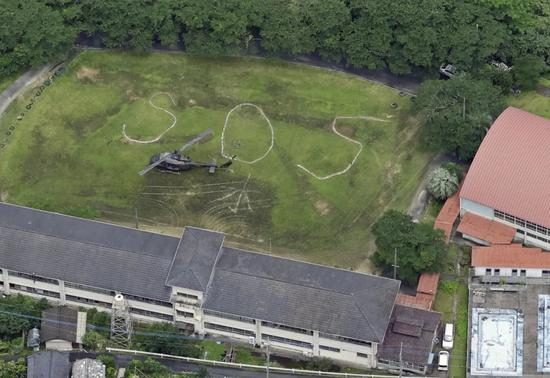 这是7月5日在日本熊本县八代市拍摄到的地面上的求救信号。新华社/共同社