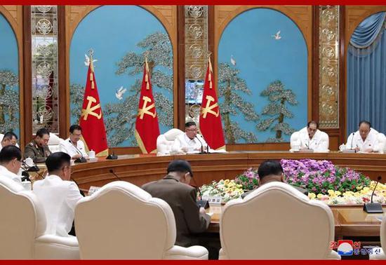 朝鲜劳动党25日召开政治局紧急扩大会议,朝鲜劳动党委员长、国务委员会委员长、武装力量最高司令官金正恩出席并主持会议。图片来自朝中社网站