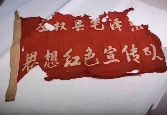 保存了几十年的队旗。图片来自网络
