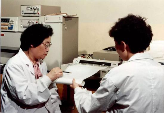 △屠呦呦(左)工作照片
