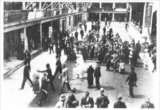 1925年,王老吉茶包于英国伦敦温庇展览会(中国产品)中展出,图中为英女皇玛丽