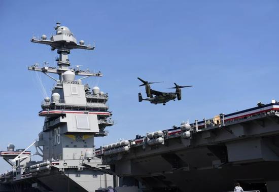"""▲資料圖片:在美國弗吉尼亞州諾福克海軍基地,一架海軍陸戰隊MV-22B魚鷹旋翼機降落在""""福特""""號航母上。(新華社記者 殷博古 攝)"""