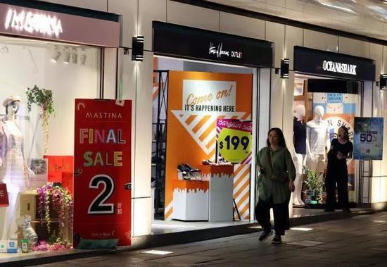 8月23日,喷鼻港尖沙咀四周的商铺张揭挨合疑息以吸收主顾。新华社