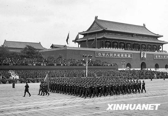 图为1954年10月1日,中国人民解放军航空学院的学员们通过天安门接受检阅。新华社记者 吴化学 摄
