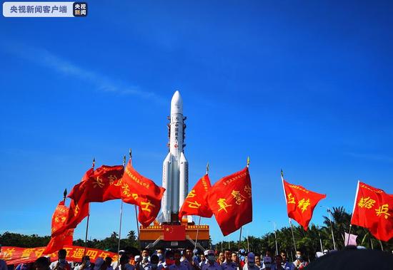 [杏悦]长征五号遥四杏悦运载火箭垂直转运至发图片