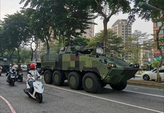 云豹装甲车现身台中街道(图:台媒)