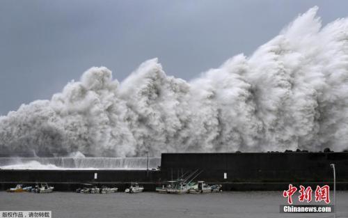 """9月4日,25年来威力最强的台风""""飞燕""""登陆日本西部。"""