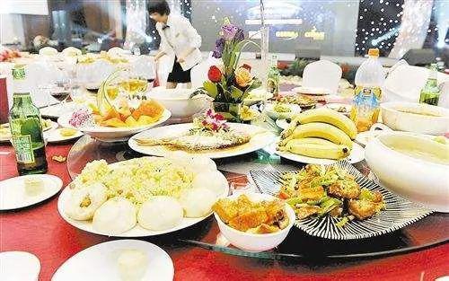 中国餐饮浪费现象触目惊心(图源:网络)