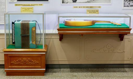 金日成綜合大學校史館,金正日就讀金日成綜合大學期間自制的樂器。