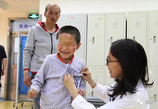 小心毅在北京儿童病院接受治疗