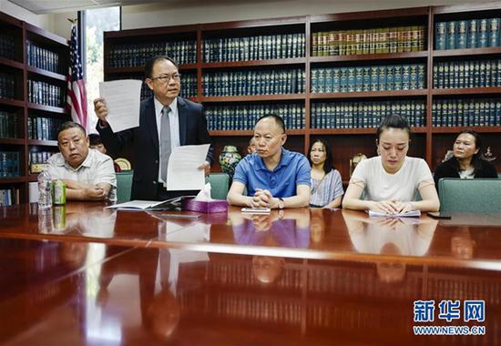 6月8日,美国洛杉矶,江玥的家人和律师邓洪(站立者)与媒体见面 图自新华社
