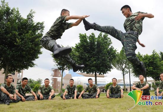 彭星(右)与战友正在训练。本人供图