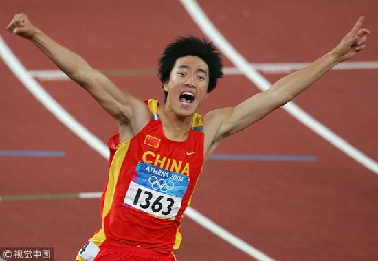 刘翔在雅典奥运会上夺得男子110米栏冠军。文|李依蔓 图 | 视觉中国