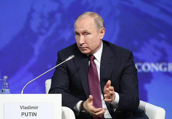 当地时间周二,普京作为主旨发言人出席国际北极论坛。图片来源:视觉中国