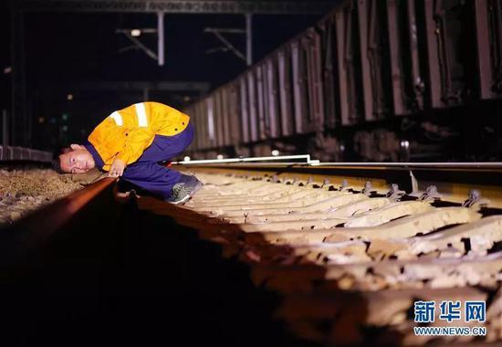 工作人員在檢查作業後鋼軌質量。