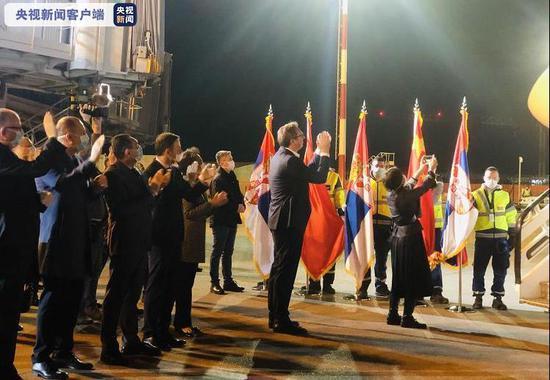中国援助塞尔维亚专家医疗队受最高礼遇迎接 塞总统亲吻五星红旗图片