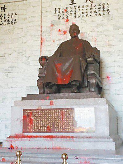 图为中正纪念堂蒋介石铜像被泼漆。(来源:联合新闻网)