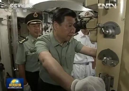 △习近平视察某新型潜艇