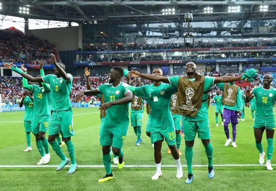 △塞内加尔男足在俄罗斯世界杯小组赛中战胜波兰,全队庆祝胜利