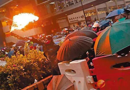 香港暴徒在此前的暴力衝擊中投擲燃燒彈。圖源:文匯報