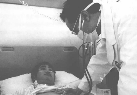 ·非典时期,钟南山探视患者。